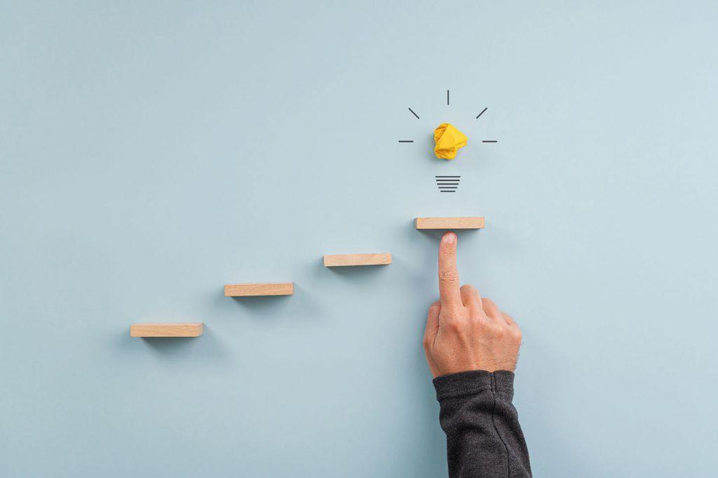 Stufen nach oben bis zu einer Glühbirne - Digitalisierungsstrategie - develogment