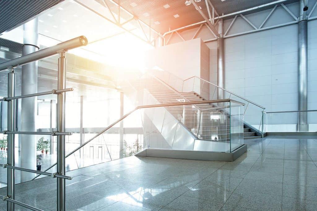 Treppenhaus im modernen Gebäude - Gebäudemanagement - develogment