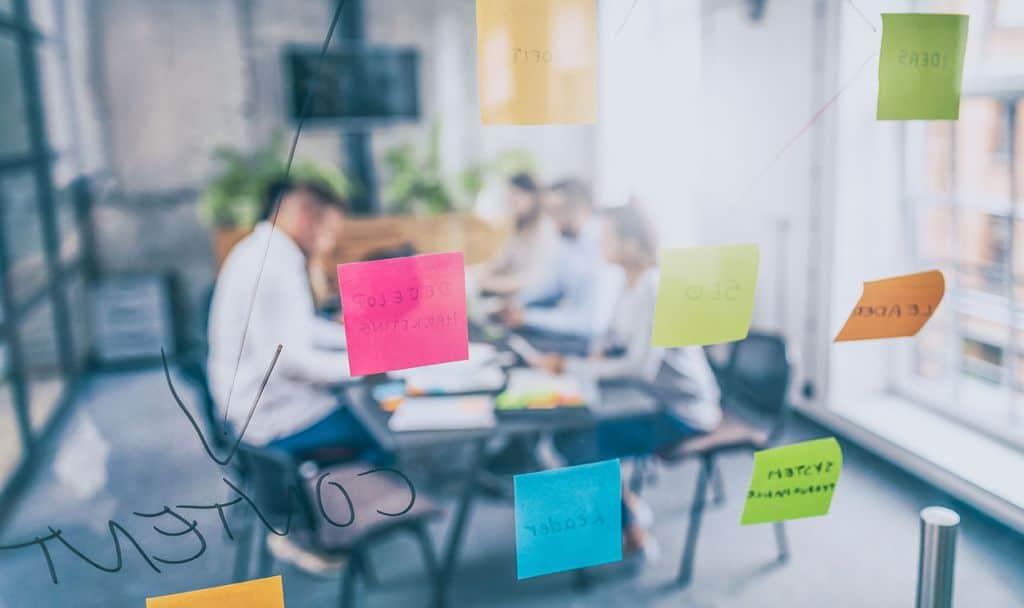 Klebezettel vor Menschen in einer Besprechung - Organisationsuntersuchungen - develogment