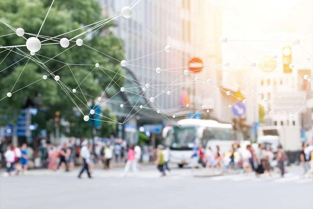 Digitales Netz vor Szene in der Stadt mit Straßenbahn - Smart City - develogment